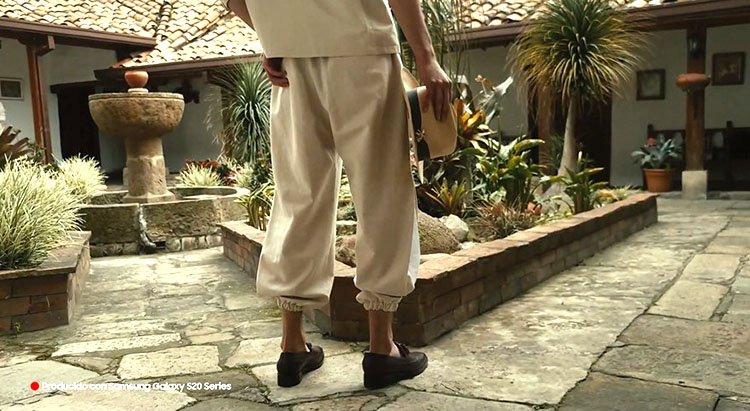Modelo luciendo pantalón en algodón color arena en puesta en escena Juan Pablo Socarrás