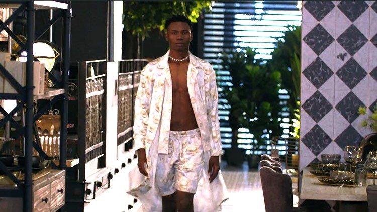 Modelo en pijama color blanca satinada en pasarela Lugó Lugó
