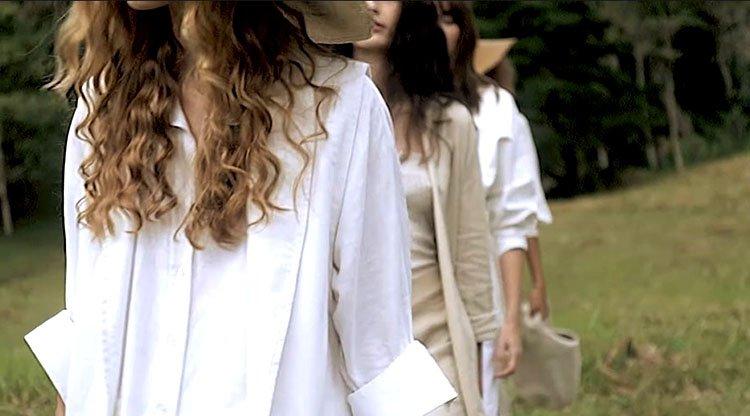 Modelos en bosque en trajes blanco y beige de Pink Filosofy