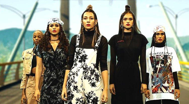 Modelos usando trajes en blanco y negro en puesta en escena de Cubo Medellín Futuro