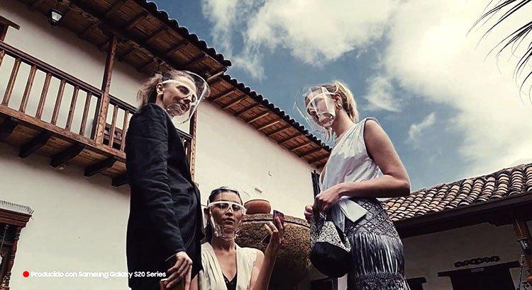 Modelos en trajes de seda Puesta en Escena Juan Pablo Socarrás