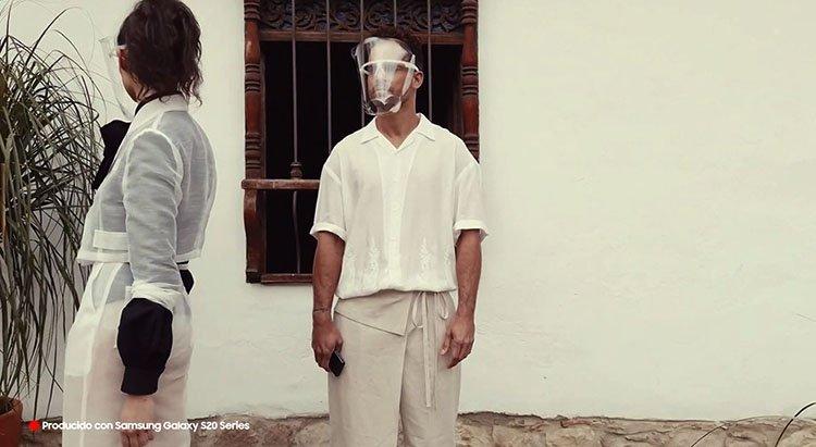 Modelos durante puesta en escena Juan Pablo Socarrás usando prendas en satín blanco