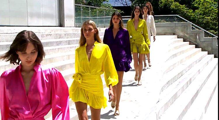 Modelos en vestido de hombreras colorido en pasarela de Andrés Pajón Colombiamoda 2020