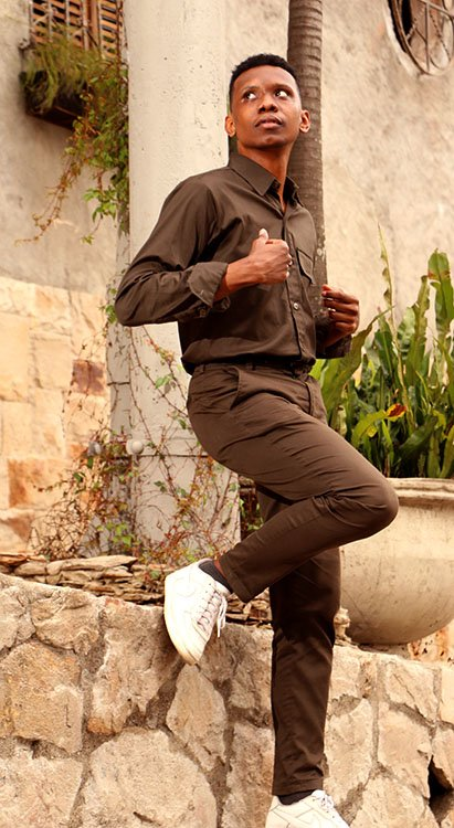 Andres Manci fashion blogger usando looks onocromáticos en verde militar