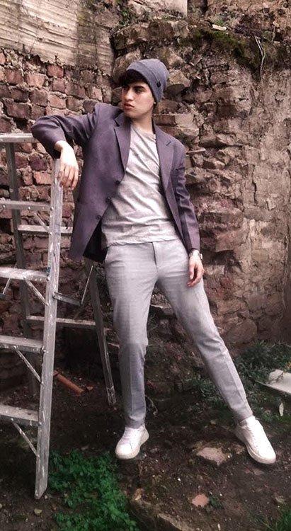 Blogger Jonas López usando looks monocromático gris