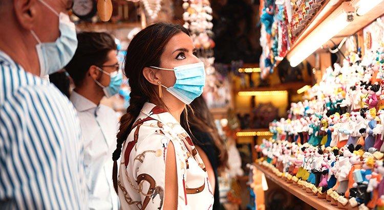 Turista usando tapabocas en tienda