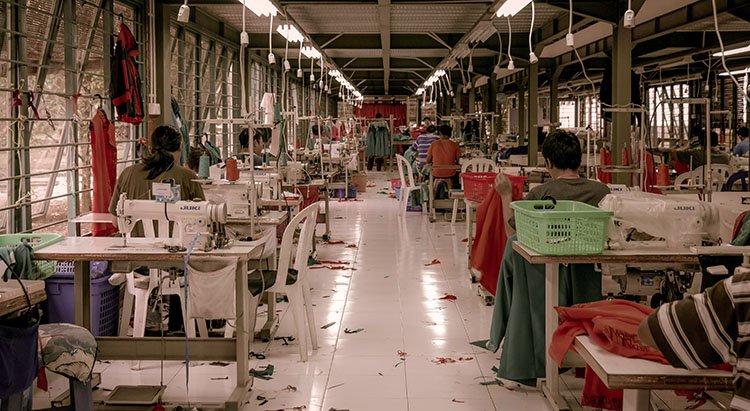 Instalaciones de zona de trabajo en Bangladesh produciendo fast fashion