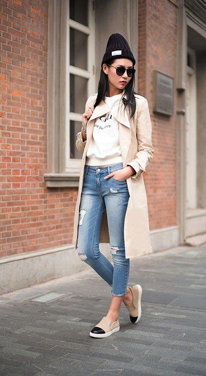 Chica en blazer largo color beige y poncho.