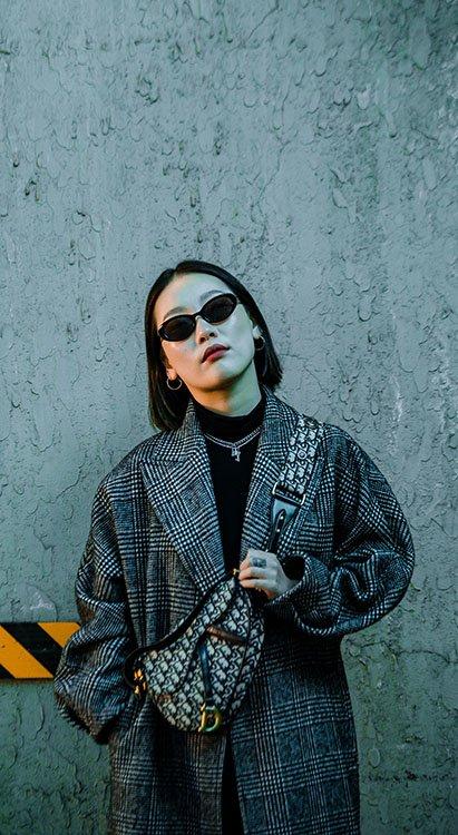 Chica usando riñonera como idea en outfits inspirados en los 90's