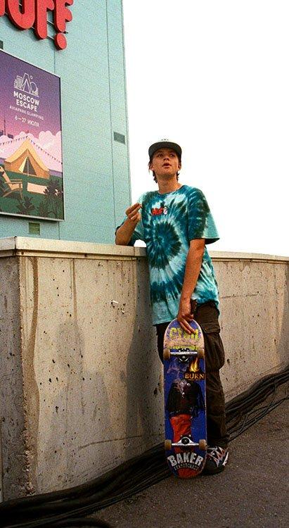 Chico usando tendencia tie dye como outfits inspirados en los 90's